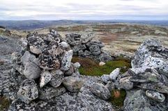 Landschaft mit einem Stein im Wasser Lizenzfreies Stockbild