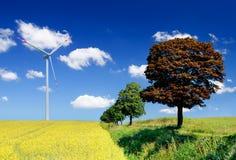 Landschaft mit Feld- und Windturbine Lizenzfreies Stockfoto