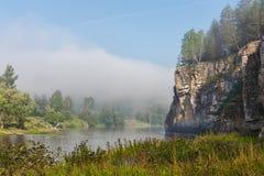 Landschaft mit Felsen durch den Fluss Stockbild