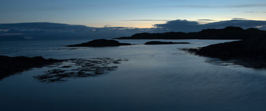 Landschaft mit Felsen im Ozean Stockfotografie