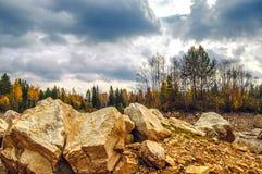 Landschaft mit Felsen im Vordergrund Lizenzfreie Stockfotografie