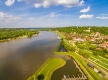 Landschaft mit Fluss die Weichsel und Kazimierz Dolny Vogel ` Saugenansicht Polen - Kazimierz Dolny Stockfotos