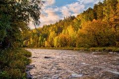 Landschaft mit Fluss im Herbst Stockfotos