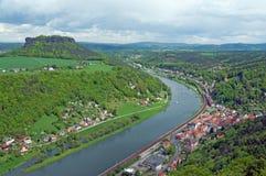Landschaft mit Fluss, Stadt und MESA Lizenzfreies Stockbild