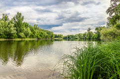Landschaft mit Fluss und bewölktem Himmel Lizenzfreies Stockbild