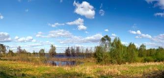 Landschaft mit Fluss und blauem Himmel Stockbild