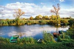 Landschaft mit Fluss und Booten Lizenzfreie Stockfotografie