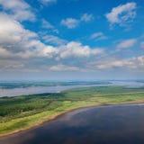 Landschaft mit Fluss und großen Wolken Lizenzfreie Stockbilder