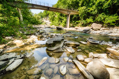 Landschaft mit Fluss und Steinen Lizenzfreie Stockfotos