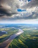 Landschaft mit Fluss und Wolken Stockfotografie