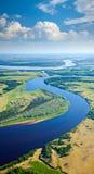 Landschaft mit Fluss und Wolken Lizenzfreies Stockbild
