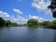 Landschaft mit Fluss und Wolken Stockfotos