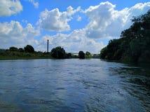Landschaft mit Fluss und Wolken Lizenzfreie Stockbilder