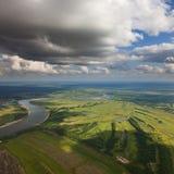Landschaft mit Fluss und Wolken Stockfoto
