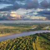 Landschaft mit Fluss und Wolken Lizenzfreies Stockfoto