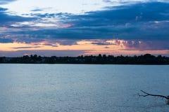 Landschaft mit Fluss unter Sonnenuntergang-Abend Stockfotos