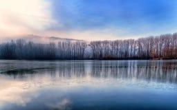 Landschaft mit gefrorenem See stockfotografie