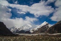 Landschaft mit Gletscher und Bergen Stockbilder