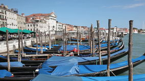 Landschaft mit Gondeln in Venedig stock video footage