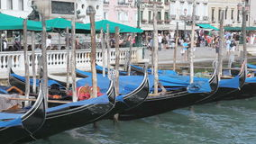 Landschaft mit Gondeln in Venedig stock video