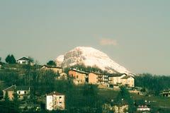 Landschaft mit Häusern in den Bergen lizenzfreie stockbilder