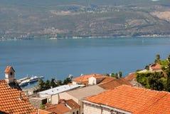 Landschaft mit Häusern, Meer und Bergen Lizenzfreie Stockfotografie