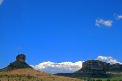 Landschaft mit Hügeln und blauem Himmel lizenzfreies stockfoto