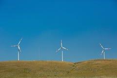 Landschaft mit Hügeln und Windbaumturbinen Stockfotografie