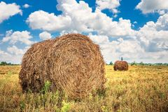 Landschaft mit Heuschober auf dem Feld Stockfotos