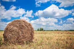 Landschaft mit Heuschober auf dem Feld Lizenzfreies Stockfoto