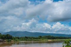 Landschaft mit Himmel und Berg Stockfotografie