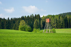Landschaft mit Jagdkontrollturm Stockfotos