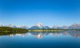 Landschaft mit klarem Gebirgssee Stockbild