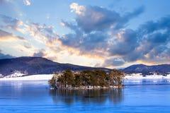 Landschaft mit kleiner Insel stockbilder