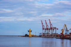 Landschaft mit Kränen im Seehafen Stockbild