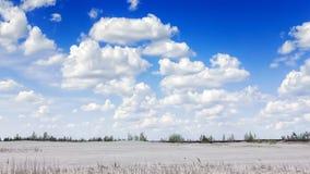Landschaft mit Kumulusweißwolken Stockfotos