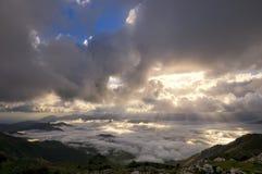 Landschaft mit Nebel und Strahlen der Leuchte Lizenzfreies Stockbild