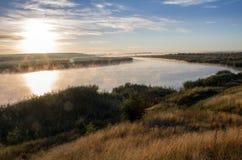 Landschaft mit rauchendem Fluss bei Sonnenaufgang Stockbild