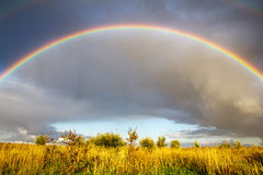 Landschaft mit Regenbogen Stockbild