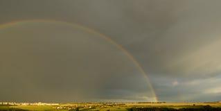 Landschaft mit Regenbogen lizenzfreies stockbild