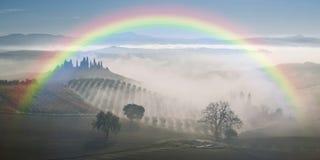 Landschaft mit Regenbogen und Garten Lizenzfreies Stockfoto