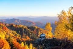 Landschaft mit schönen Bergen, Feldern und Wäldern Der Rasen wird durch die Sonnenstrahlen erleuchtet Fantastischer Herbstmorgen stockfotos