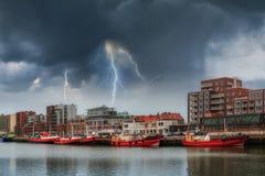 Landschaft mit Schiffen und Blitz Stockfotos