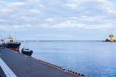 Landschaft mit Schleppseilboots- und -frachtschiff Stockfotografie