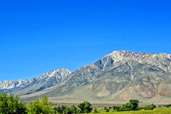 Landschaft mit Schnee-mit einer Kappe bedeckten Bergen Stockbild