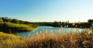 Landschaft mit See am Nachmittag. Lizenzfreie Stockfotografie