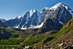 Landschaft mit See und Berg lizenzfreie stockbilder
