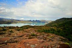Landschaft mit See und Bergen Stockbild