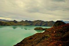 Landschaft mit See und Bergen Stockfotografie