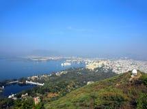Landschaft mit See und Palästen in Udaipur Lizenzfreie Stockfotos